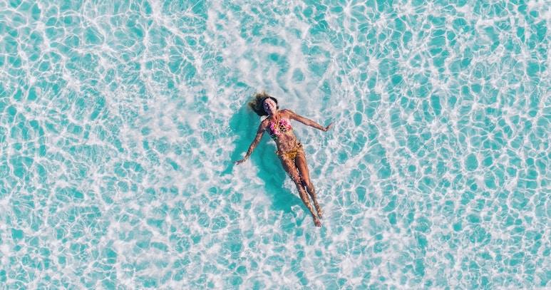 Frau glücklich im blauen Wasser