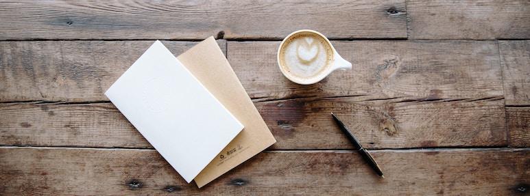 Briefe mit Kaffee und Stift