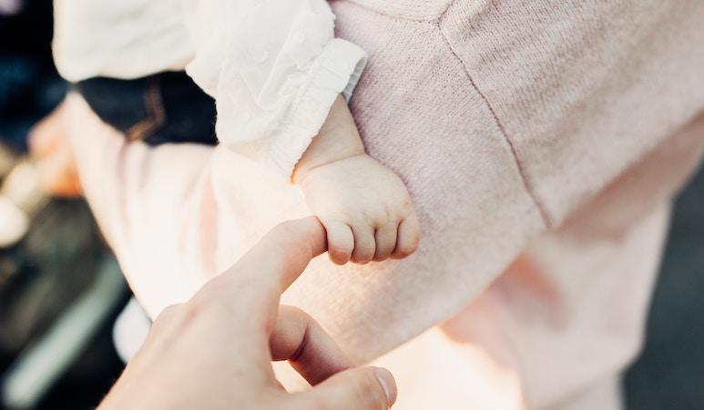 Babyhand hält Angst