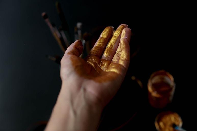 liebe Hand mit goldener Farbe